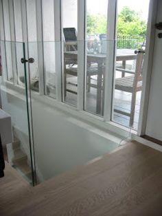 Glass som gelender på toppen av trappa.