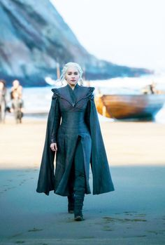 Emilia Clarke as Daenerys Targaryen arrives to Dragonstone. Photo: HBO / Helen S. Emilia Clarke as Daenerys Targaryen Season 7, Emilia Clarke Daenerys Targaryen, Game Of Throne Daenerys, Dany Targaryen, Game Of Thrones Khaleesi, Costumes Game Of Thrones, Arte Game Of Thrones, Game Of Thrones Fans, Acteurs Game Of Throne