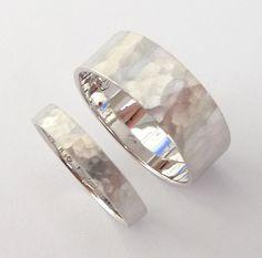 Dieses wunderschöne stilvolle handgefertigte Weissgold Eheringe Set Ehering festgelegt, aus Weissgold 14K Recycling ist ein Design, die Sie für viele Jahre halten.  Der Preis ist für zwei Ringe, für ihn und für sie.  * Eine 14k weiss gold Ring, 7 mm breit, flach, gehämmert mit Sandstrahl Mat Finish.  14 k Weißgold, 7mm breit, flach, gehämmert, Sandstrahl-Matte finish, 4,25 Gramm Gewicht.   * Eine 14k weiss gold Ring, 3 mm breit, flach, gehämmert mit Sandstrahl Mat Finish.  14 k Weißgold…