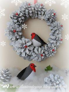 Ahora son 2 pajaritos hechos con fieltro, en una corona de navidad hecha con piñas:  Os explico en unos pasitos como lo he hech...
