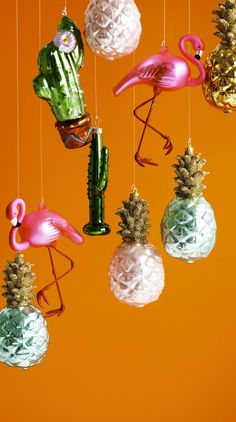 There's no way of your tree going unnoticed with this Flamingo Decoration perched on a branch.