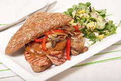 Mieks Special: broodje warm vlees - Keuken♥Liefde Vegan Breakfast Recipes, Dinner Recipes, Healthy Recipes, Breakfast Lunch Dinner, Dessert For Dinner, Food To Go, Food And Drink, Seafood Diet, Lunch Snacks