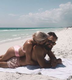 Plage Couples, Couple Beach Pictures, Honeymoon Pictures, Couples Beach Photography, Mode Du Bikini, Poses Photo, Instagram Beach, Photo Couple, Summer Pictures