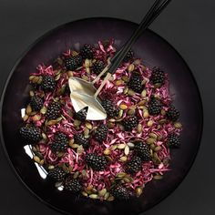 Rødkålssalat med brombær Berry Salad, Red Cabbage, Lunches And Dinners, Acai Bowl, Buffet, Spicy, Food Photography, Berries, Seeds