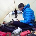50. Erik B. Jørgensen, aften hygge og arbejde i teltet,, Alaska på tværs