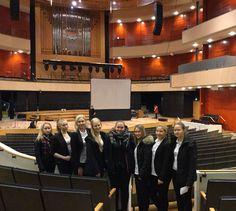 Aamupäivä-ryhmäläisiä päivän ensimmäisessä tutustumiskohteessaan Sibeliustalon pääsalissa