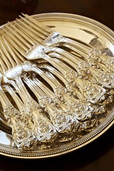 Francis 1st is an American sterling silver tableware pattern, introduced in 1906, named after King Francis I of France. Designed by Ernest Meyer, a French silversmith. His goal was to create a pattern that eclipsed the splendid Renaissance-Baroque metalwork of Benvenuto Cellini, court artist + sculptor in the court of King Francis I who ascended the French throne in 1515. It took him 3 years to design.