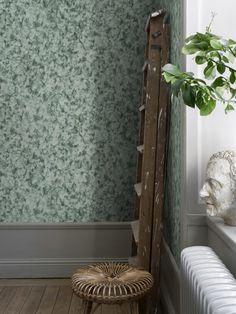 Ett mönster likt marmor som är vackert och rofyllt och samtidigt föränderligt och levande. Här en vacker mörkgrön färgställning som ger väggarna en elegant känsla. Design: Studio Sandberg