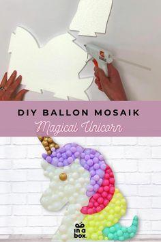 Ballon Mosaiks liegen total im Geburtstagsdeko-Trend, wie man es ganz einfach zu Hause nachmachen kann, zeigen wir Dir in unserem neuen Blogbeitrag! Alles was Du dafür brauchst, schicken wir Dir in nur einer Box nach Hause! Party Box, Diy Party, Diy Ballon, Party Decoration, Unicorn, Balloons, Boxing, Theme Ideas, Unicorn Party