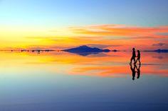沢山の旅人をうっとりさせる世界の絶景。その絶景が赤やオレンジ、時にはピンク、ブルーへと色を変える時間が夕暮れ時。空の色というのはなぜこんなに美しく変化していくのでしょうか?そして、その色はなぜこんなにも世界の絶景にぴったりと似合うのでしょうか?今回は実際に旅をして美しいサンセットを見れた場所を紹介させていただきます。