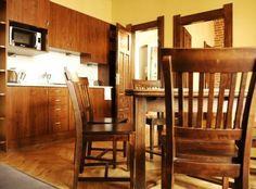 un dormitorio con una cama doble y un dormitorio con dos camas individuales, sofá-cama en el salón
