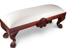 Taburet Elisabeth v sobě nese veškeré půvaby aristokratického stylu. Kombinace tmavého dubového masivu s čalouněním ze světlé kůže a precizní provedení z něj dělají nezbytnou součást každého klasického interiéru. Díky kvalitním materiálům si tento kousek nábytku může dovolit velkorysou tvarovou koncepci s důrazem na ruční práci. Dřevořezba zdobící lištu sedací části je krásný detailem, esovitý tvar nožek, zakončených vyřezávaným ornamentem potěší každého milovníka elegance. Vanity Bench, Furniture, Home Decor, Decoration Home, Room Decor, Home Furnishings, Home Interior Design, Dresser To Vanity, Home Decoration