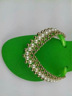 Chhin verde Beaded Beads, Beaded Shoes, Beaded Sandals, Beaded Jewelry Patterns, Beads And Wire, Beading Patterns, Flip Flop Art, Decorating Flip Flops, Bling Shoes
