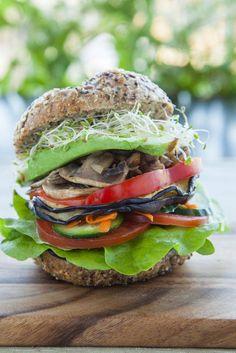 Nichts geht über Selbstgemachtes… … vor allem nicht bei Hamburgern: mit leckeren Vollkornbrötchen, Tomaten, Zwiebeln, Champignons, Kresse und Salat - und On Top noch eine Scheibe Aubergine!
