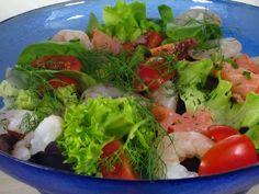 Insalata con pomodorini, gamberi e salmone.
