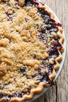 Dessert : Blueberry Crumble Pie -Sweet blueberries topped with a crispy crumble all baked up in a wonderful summer pie. A must make for your ripe blueberries! Blueberry Crumble Pie, Blueberry Pie Recipes, Blueberry Crisp, Blueberry Desserts, Tart Recipes, Just Desserts, Baking Recipes, Delicious Desserts, Dessert Recipes
