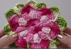 Olá!!!     Linda almofada de crochê com a flor Gisele.     Com uma vídeo aula da professora Simone  com o passo a passo dessa peça que com...