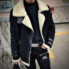"""328 tykkäystä, 36 kommenttia - 태현 (@tae.zzi_) Instagramissa: """"이제 갈수록 추워지겠구먼 😭 . . . . . . . . . . . . #dailylook #dailyfashion #streetfashion #streetstyle #ootd…"""" Asian Fashion, Bomber Jacket, Ootd, Jackets, Down Jackets, Bomber Jackets, Jacket"""