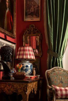 Romantic Living Room, Elegant Living Room, Red Interiors, Beautiful Interiors, Country Cottage Living Room, Aztec Decor, English Interior, Antique French Furniture, Apartment Interior Design