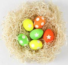 Decorar huevos de Pascua pintura de neón