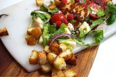 Halloumisallad med vitlökskrutonger - Victorias provkök Halloumi, Potato Salad, Potatoes, Victoria, Chicken, Ethnic Recipes, Foods, Food Food, Food Items