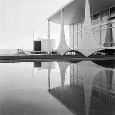 Alvorada Palace by Oscar Niemeyer, Brasil, photograph by Marcel Gautherot 1962