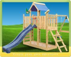 Spielturm aus Holz mit Rutsche und Schaukel