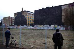 Die Brachfläche auf dem Kreuzberger Cuvry-Areal. Der Graffiti-Künstler ließ seine Kunstwerke übermalen - aus Protest gegen den Leerzug der Brache. Hier soll jetzt gebaut werden