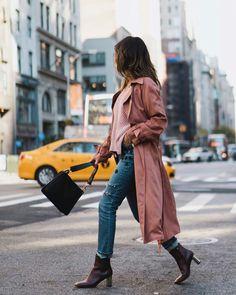 Maxi casaco rose, blusa rosa, calça jeans desfiada cropped, ankle boot