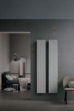 Perché scegliere la carta da parati: facilitazioni tecniche. Risulta più vantaggiosa almeno per 3 aspetti: 1. per la lunga #durata 2. per la sua #praticità in quanto lavabile 3. la sua azione #coprente permette di rendere invisibile alcuni difetti delle pareti Decor, Furniture, Bathroom Lighting, Lighted Bathroom Mirror, Print Design, Bathroom Wall Decor, Home Decor, Bathroom Mirror, Bathroom Wall