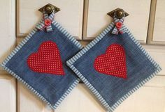 Landhaus Vintage Potholder Set These beautiful potholders in Cottage / Country - Upcycled Crafts Scrap Fabric Projects, Fabric Scraps, Sewing Projects, Vintage Potholders, Quilted Potholders, Jean Crafts, Denim Crafts, Vintage Crochet Patterns, Sewing Patterns