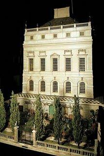 Questa meraviglia venne regalata da re Giorgio V a sua moglie, la regina Mary, da sempre amante delle Dolls House.