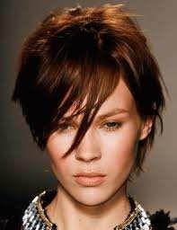Modèle de coiffure courte pour femme la coupe courte effilée et méchée