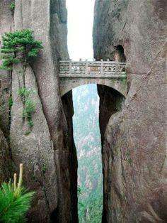 """PONTE DEGLI IMMORTALI _ Cina #WonderfulPlaces #LuoghiMeravigliosi Situato ad 800 metri di altitudine è il ponte più alto al mondo e si trova in Cina nelle """"Montagne Gialle"""". Inutile dire che dal ponte si gode di una vista mozzafiato con le montagne di granito che sfiorano il cielo e un impressionante precipizio al di sotto. SEGUICI SU: www.facebook.com/CreoEco www.pinterest.com/CreoEco"""