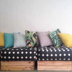 The best part of a DIY wood sofa is that you can customize it according to your taste and theme and color scheme of the room/garden. Pallet Sofa, Wood Sofa, Sofa Pillows, Couch, Throw Pillows, Recycled Furniture, Pallet Furniture, Sofas, Pallet Projects