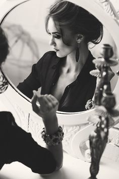 Photography beautiful women glamour black and white ideas - Woman (Photography) - Fotografie Mirror Photography, Portrait Photography Poses, Photography Poses Women, People Photography, Creative Photography, Photography Tips, Fashion Photography, Photography Aesthetic, Glamour Photography