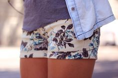 trendy_taste-street_style-look-outfit-hoss_intropia-sandalias_nude-nude_sandals-denim_shirt-camisa_vaquera-flower_shorts-shorts_flores-vince_camuto-bag-bolso-3