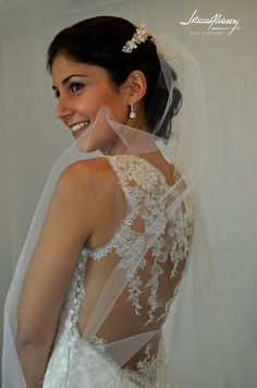 Transparencia lograda con filigranas de encaje en una importante espalda. Lo luce María Eugenia en su vestido de novia.