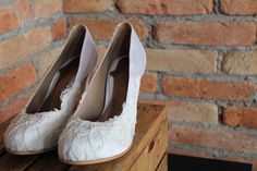 The Day Shoe . Modelo exclusivo feito para noivinha Vanessa Facci, que quis usar a mesma renda do seu vestido em seu sapato.  Sapato de noiva do jeitinho que você sonha... #thedayshoe #sapataodenoiva #sapatosobmedida #feitoamao #sapatoexclusivo #sapato #saltoalto #shoe #shoes #wedding