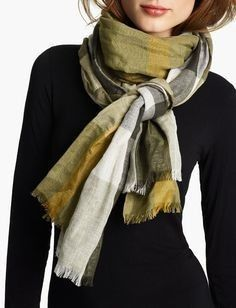 There are several ways to tie your scarf like a Parisian, here are four of the most important by Sylvia Sabes.