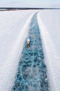 Ice road truckers in Canada's vast north.Esto es Canadá, no te puedes imaginar?pues está como opción, autopistas anuales.