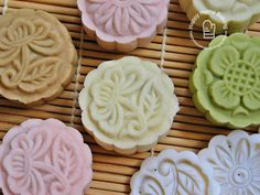 Mini Snowskin Mooncakes With White Lotus Paste Recipe (Happy Home Baking) Chinese Moon Cake, Mooncake Recipe, Baking Supply Store, Springerle Cookies, Resep Cake, Eating At Night, Mid Autumn, Asian Desserts, Home Baking
