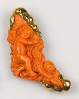 Spilla con grande corallo aranciato inciso con due ...