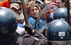 Descontrol en la Boca  Los policías frenaron el avance de los hinchas en el predio de Casa Amarilla, pero luego, cuando se acabaron las entradas, comenzaron los enfrentamientos.