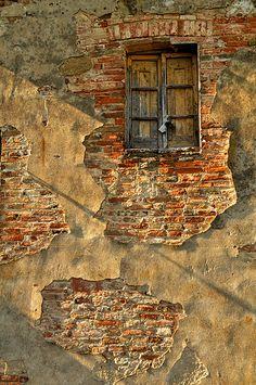 Tuscany-Montepulciano - Porta al Prato brick wall peeling plaster Old Windows, Windows And Doors, Old Doors, Door Knockers, Doorway, Abandoned Places, Belle Photo, Old Houses, Tuscany