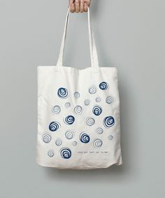 """tote bag coquillage. Premier tote bag de la marque : comme des coquillages sur la plage Belle qualité de tote bag en coton bio de la marque """"earth positive"""", sérigraphié artisanalement à la main, avec une encre à l'eau. lavable 30°C"""
