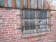 Altes Stallgebäude mit vergittertem Fenster in Eckardtsheim bei Bielefeld in Ostwestfalen-Lippe