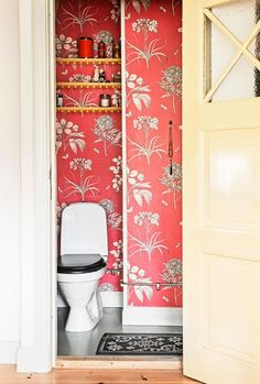 Small toilet with floral wallpaper Art Of Living, Small Living, Master Bedrrom, Small Toilet, Wainscoting, Of Wallpaper, Beautiful Bathrooms, Small Bathroom, Bathroom Ideas