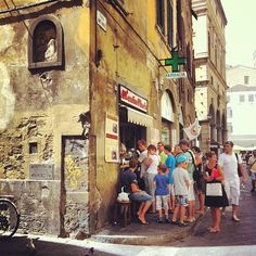 Lined up outside L'Antico Vinaio for a panino and a glass of wine - Florentine lunch! © Eugene Martinez
