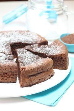 La torta al cioccolato fondente è una torta soffice e gustosa, veloce e semplice da preparare. La torta al cioccolato è ottima per ogni momento della giornata, per una buona colazione o per merenda.